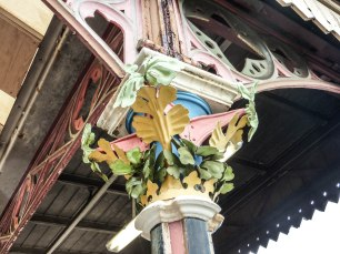 A close up photo of one of the station's pillar capitals. They all feature colourful flowers across both platforms.