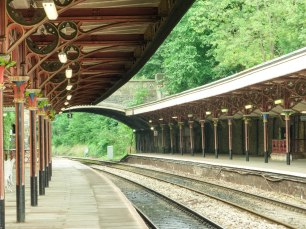 A photo of the track and platform of Great Malvern train station