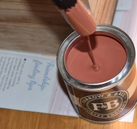 A photograph of the open paint pot.